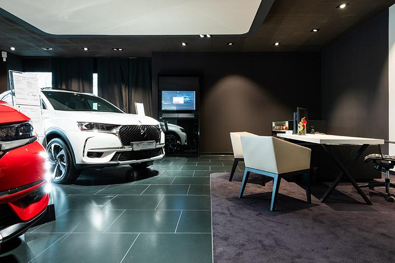 Teppich und Bodenfliesen Anthrazit   Bereiche abgrenzen   Ausstellungshalle Autohaus