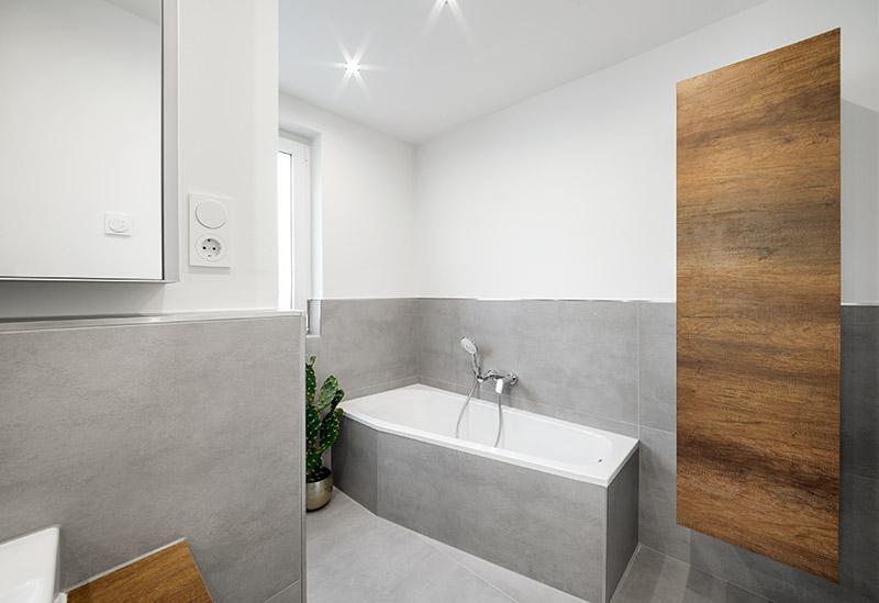 Graue Keramik Badezimmerfliesen   Boden und Wand   Keramikfliesen als Badewannenverkleidung