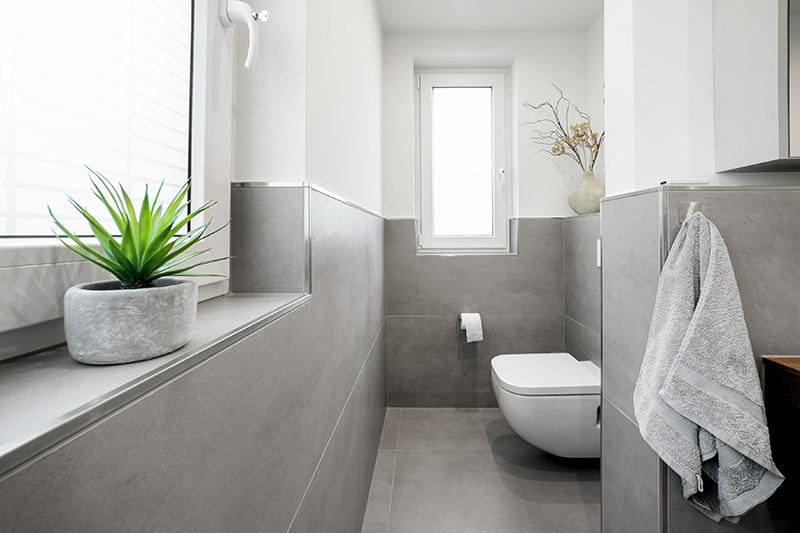 Edle graue Keramikfliesen für Boden und Wand   Metallabschlussleisten