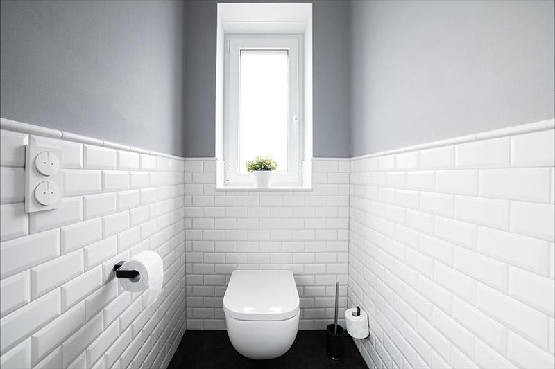 kleine weiße Wandfliesen   Wandverkleidung halbe Höhe  