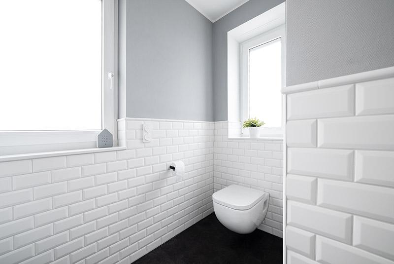 kleinformatige weiße Wandfliesen   halbhohe Wandverkleidung   Hängetoilette